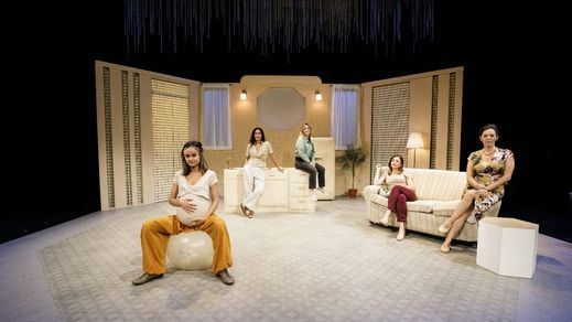Crítica de la obra de teatro 'Otoño en abril': ilusiones y pesadillas familiares