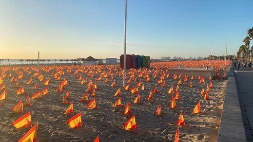 Polémica por las 53.000 banderas en la playa valenciana por las víctimas del coronavirus