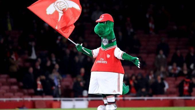 El aplaudido gesto de Özil con la mascota del Arsenal