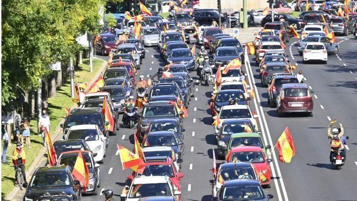 Decenas de coches se suman en Madrid a la 'caravana por la libertad' convocada por Vox