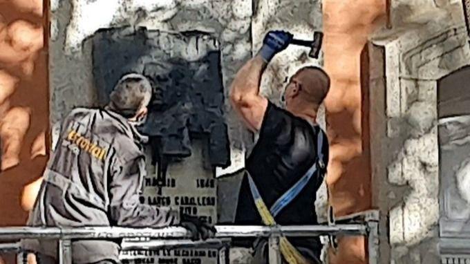 El Ayuntamiento de Madrid retira la placa en honor a Largo Caballero