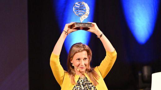 Eva García Sáenz de Urturi, ganadora del Premio Planeta; Sandra Barneda, finalista
