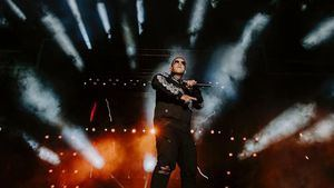 Daddy Yankee y Bad Bunny arrasan en los premios Billboard latinos