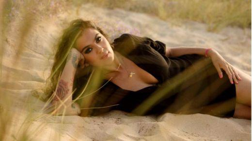 La polifacética Alba Molina nos regala el mejor beso musical (vídeo)