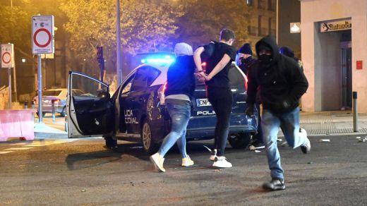 Las imágenes del horror: fuego y armas entre ultras que protestaron en Madrid contra el toque de queda