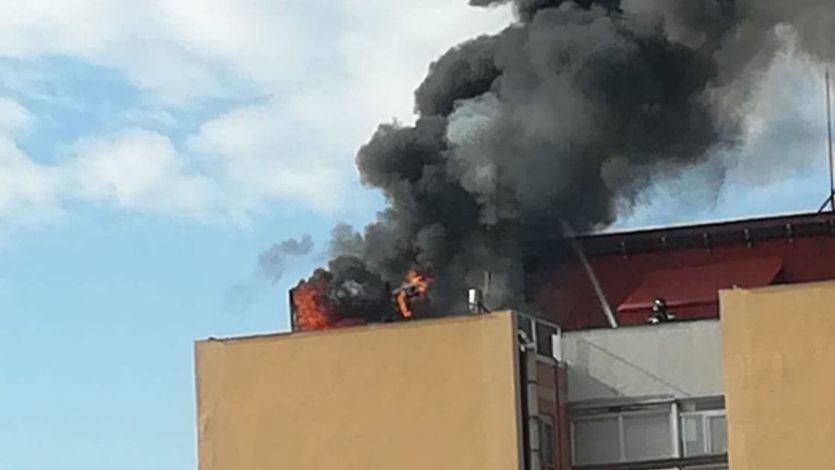 Grave incendio en un alto edificio de viviendas en Madrid