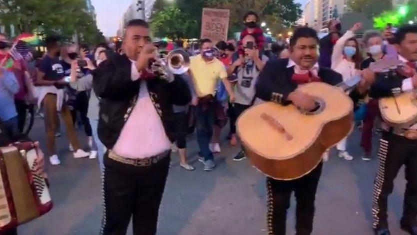 Forocoches despide a Trump enviando un grupo de mariachis a la Casa Blanca