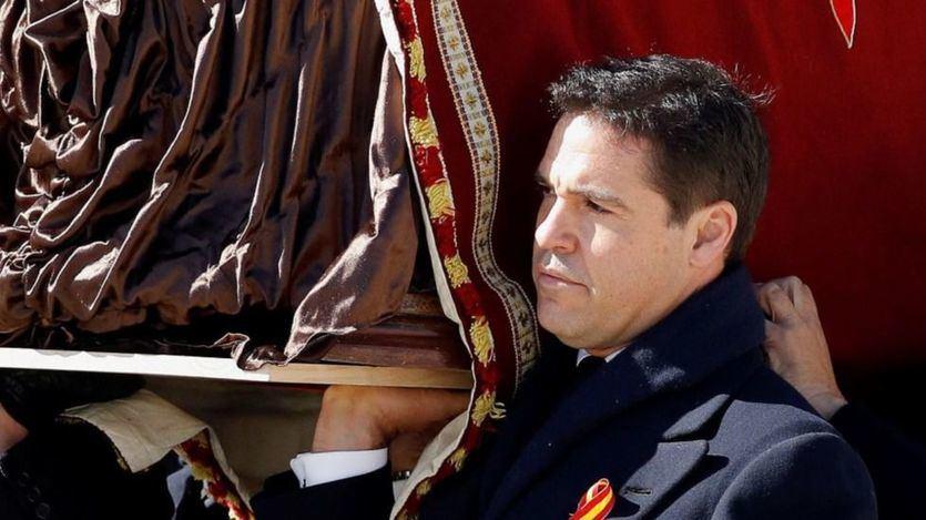Luis Alfonso de Borbón Martínez-Bordiú porta el féretro de Franco durante su exhumación en 2019