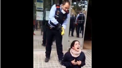 Polémica por la actuación de los Mossos al utilizar una pistola taser para reducir a una joven