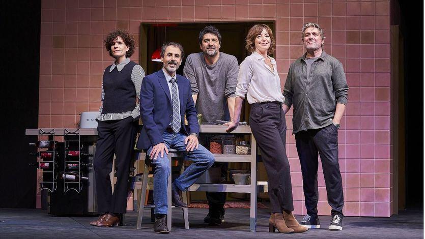 Cesc Gay, en el centro, con los actores de la obra.