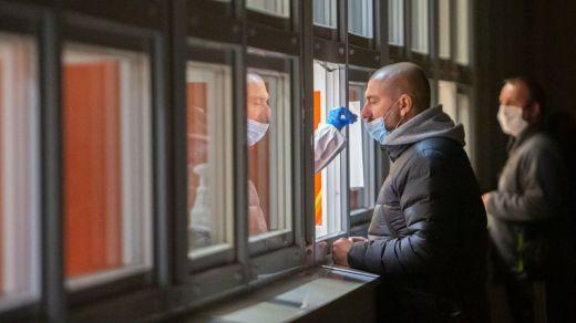 La incidencia del coronavirus en España sigue bajando: 8.745 nuevos casos y 214 muertes
