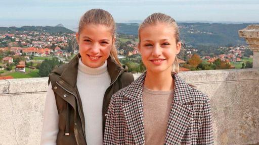La Casa Real felicita la Navidad con una imagen de las hijas de los Reyes y una postal de los eméritos