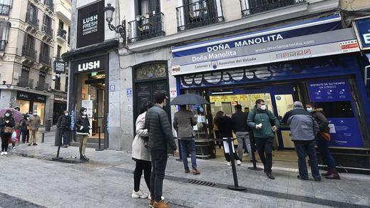 Enormes colas en 'Doña Manolita': ni el coronavirus puede con las ganas de conseguir un décimo de lotería