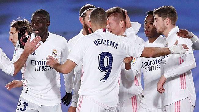 El Madrid se complica para ganar a un Athletic con 10, pero termina colíder (3-1)