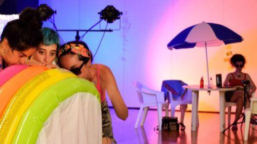 Ácida crítica al turismo de masas, que plasman en el escenario cuatro actrices y un actor con multiplicidad de registros