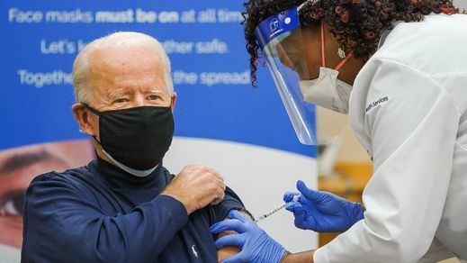 Biden recibe la vacuna contra la covid para motivar al resto de la sociedad