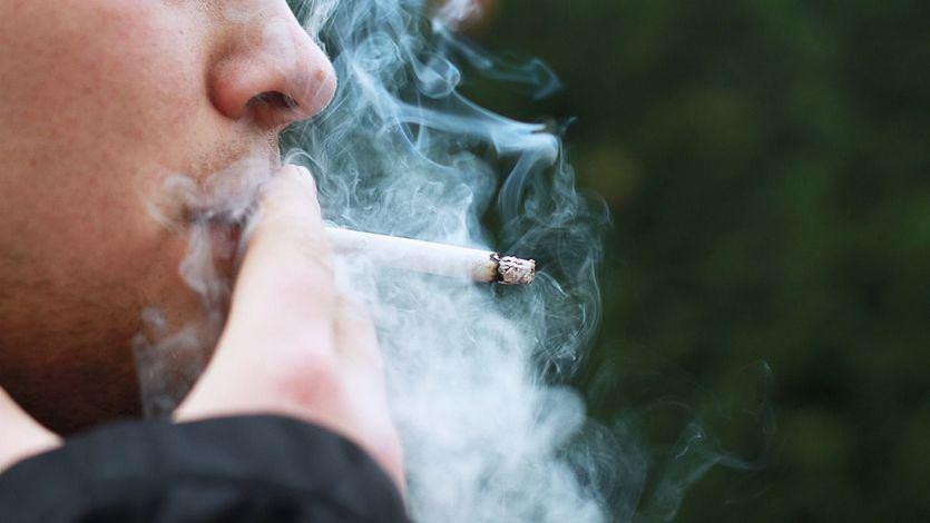 Piden que no se permita fumar en la calle tras la llegada de la cepa británica del coronavirus