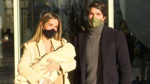 María Pombo y Pablo Castellano dejan el hospital y presentan a su hijo a la prensa