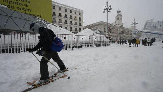 Trineos con perros, repartidores en esquís o snow en Gran Vía: las mejores imágenes de la nevada en Madrid