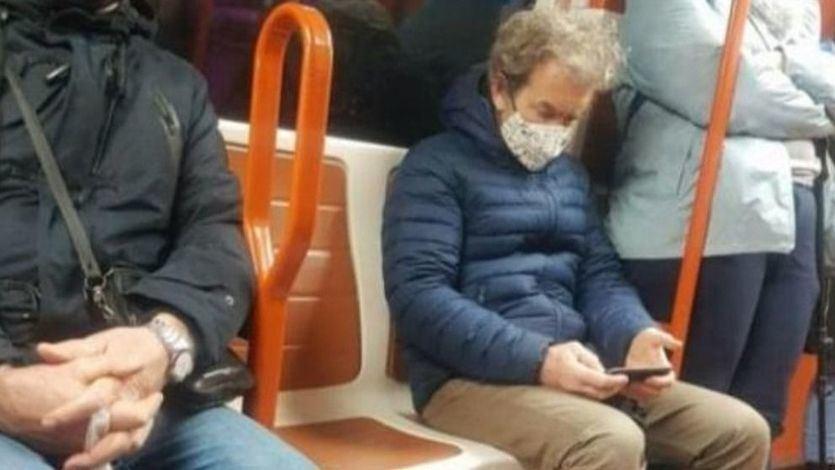 Fernando Simón, sentado como un más en un vagón del Metro de Madrid