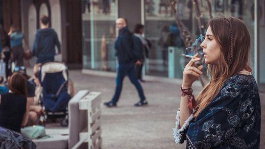 Prohibido fumar andando: la controvertida medida de Navarra para controlar la pandemia