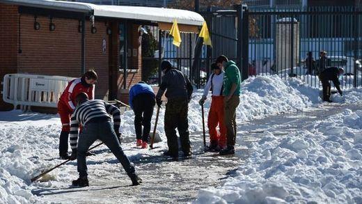 El Colegio Tajamar organiza cuadrillas de profesores y padres para limpiar de nieve los accesos al centro (Foto: Colegio Tajamar )
