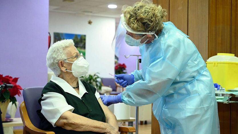 Araceli y los demás ancianos que han recibido ya la segunda dosis de la vacuna