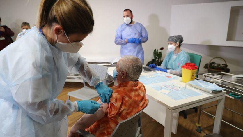 Un juez de Sevilla autoriza vacunar a una anciana de 86 años pese a la negativa de su hijo
