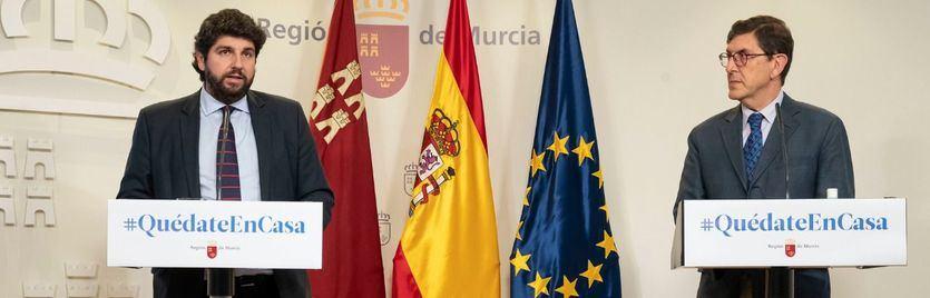Villegas, a la derecha, en una comparecencia junto al presidente murciano, López Miras
