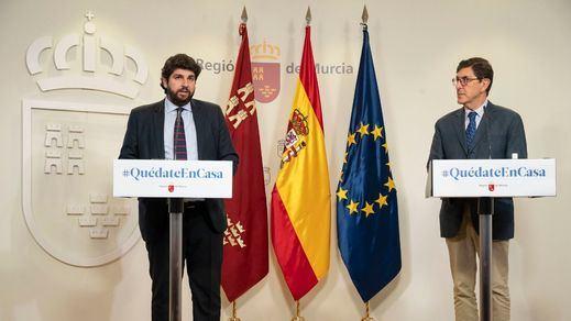 Dimite el consejero de Salud de Murcia que se vacunó saltándose el protocolo