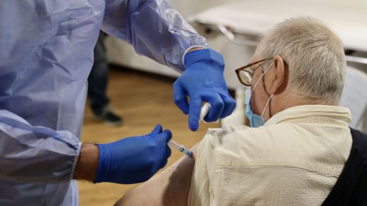 Nueva fase del plan de vacunación: los mayores de 80 años se vacunarán a partir de marzo