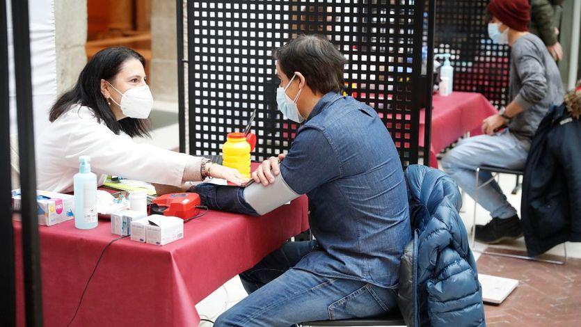 Surge el debate: castigar o no con la segunda dosis a los que se vacunaron saltándose el protocolo