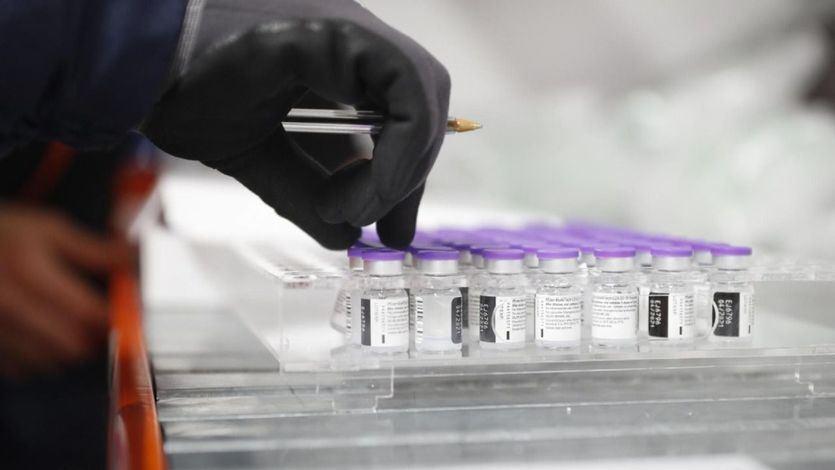 Madrid y Cataluña se quedan sin dosis y suspenden el plan de vacunación contra la covid