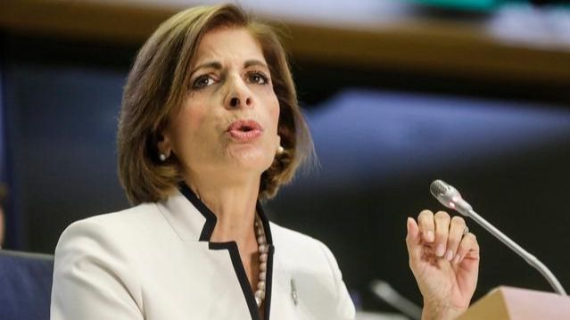 Bruselas da su versión sobre el contrato con AstraZeneca y asegura que la farmacéutica debe cumplir y entregar dosis