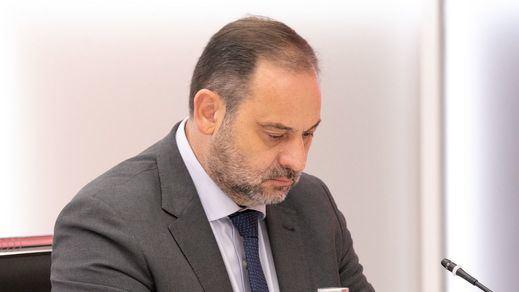 Publican fotos privadas del ministro Ábalos en su casa y se lía en Twitter