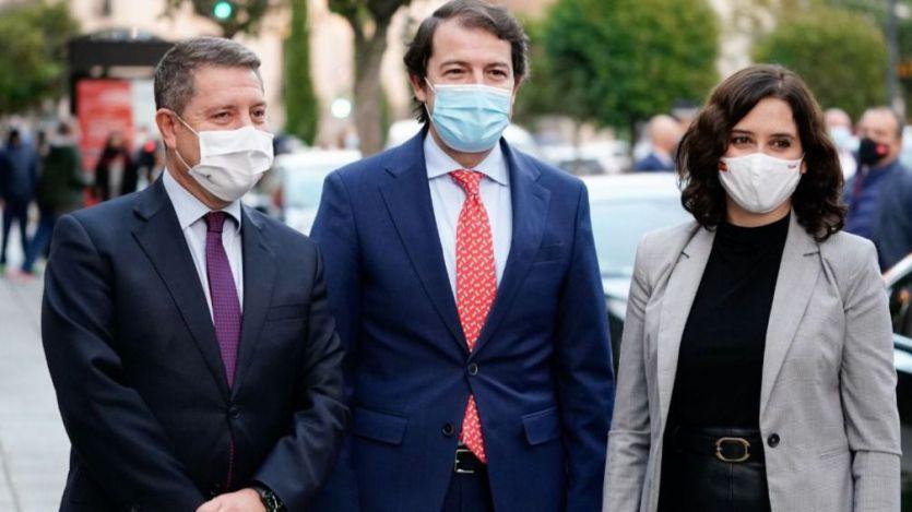 Ayuso, a la derecha, en una reunión que mantuvo en 2020 con Page y también el presidente de Castilla y León (en el centro)