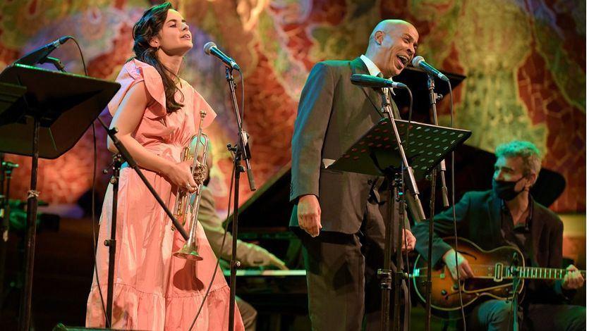 Andrea Motis con vestido rosa, y a su izquierda Randy Greer.