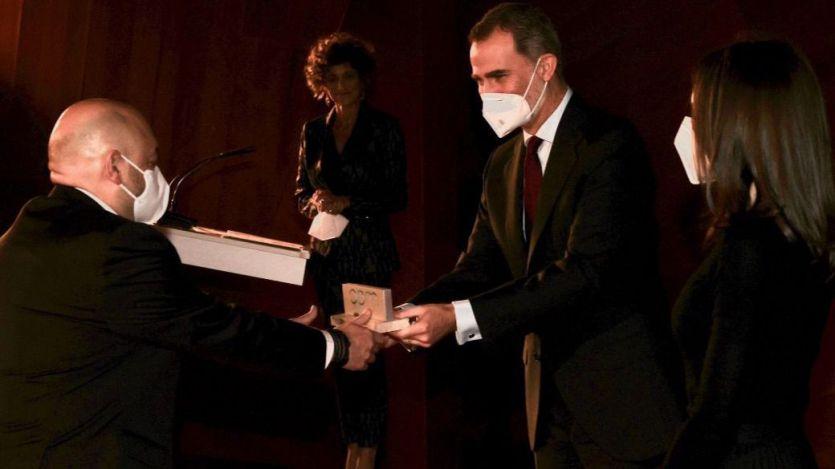 El presidente de Diariocrítico, Constantino Mediavilla, recibe de manos de los Reyes el Premio APM al Periodista Especializado en Madrid 2019