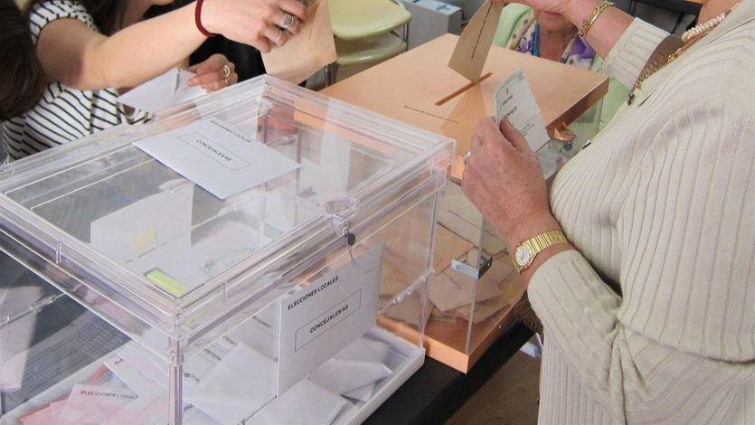 Mujer deposita su voto