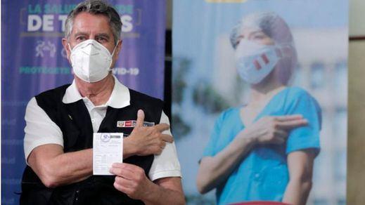 Escándalo en Perú: dimiten 2 ministros que se habían vacunado por su cuenta