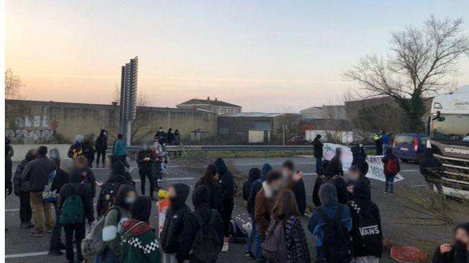 Más altercados por el encarcelamiento de Hasél: un grupo corta durante horas la AP-7 en Girona