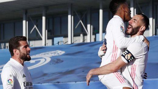 Benzema levanta a un Madrid que se despedía de la Liga ante el Elche (2-1)
