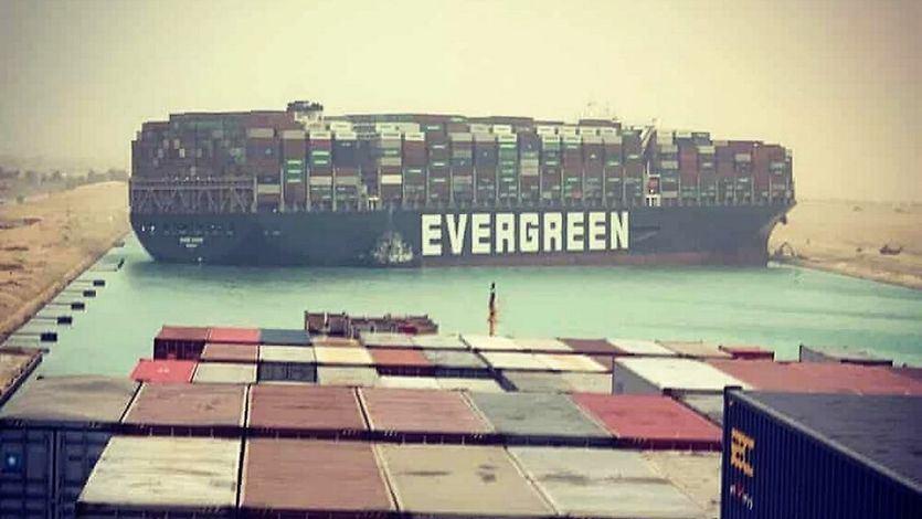 Colapso total en el Canal de Suez tras el encallamiento de un carguero