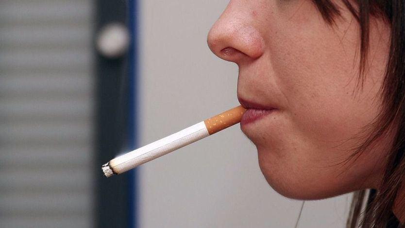 Colectivos antitabaco exigen al Gobierno aclarar si está permitido o no quitarse la mascarilla para fumar