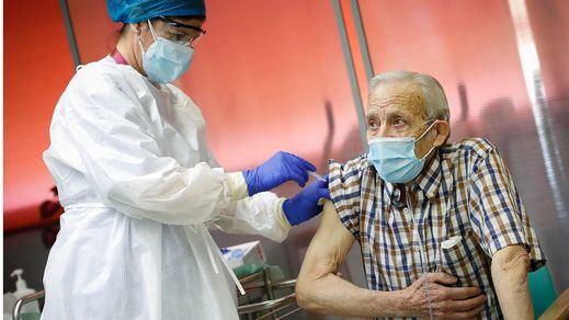 Vacunar frente al coronavirus a los mayores de 70 años: El objetivo del segundo trimestre en España