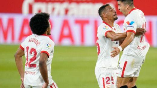 El Sevilla le da emoción a la Liga tras tumbar al líder con un gol polémico (1-0)