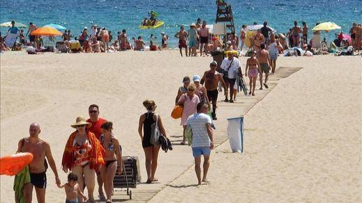 Sanidad rectifica y propone el uso de la mascarilla en las playas sólo para pasear o si no hay distancia