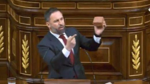 Abascal imita a Rivera y a Ayuso y enseña un adoquín en el Congreso: los mejores memes