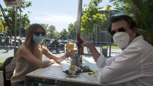Sanidad aboga por prohibir fumar en las terrazas aunque haya distancia de seguridad
