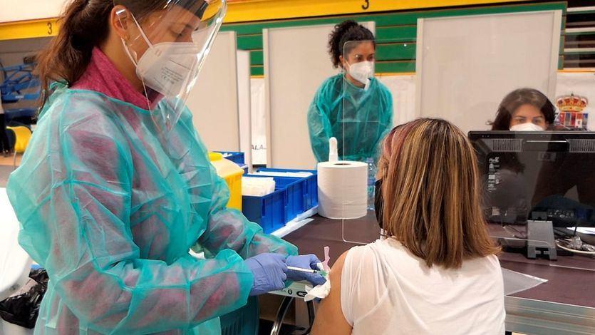 Sanidad estudia retrasar la segunda dosis para vacunar a más gente contra el coronavirus
